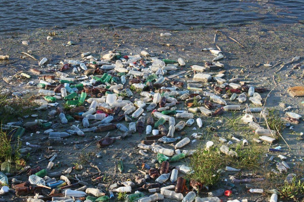 Bouteilles et flacons en plastique flottants