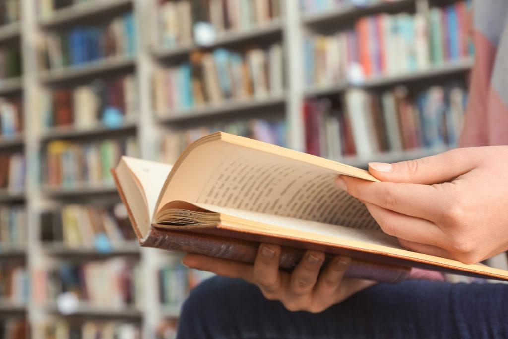 personne tenant un livre